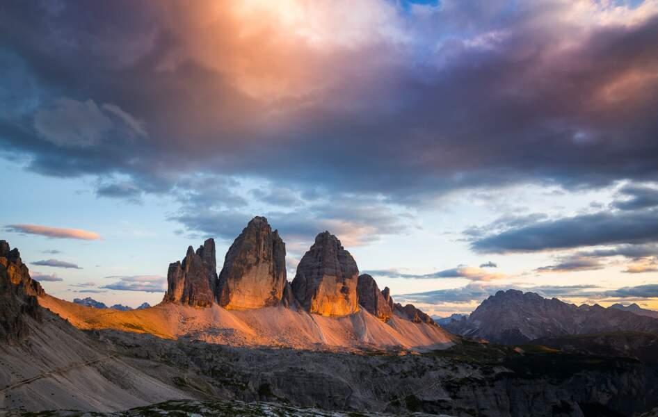 Moment magique du coucher du soleil où la roche prend des couleurs allant du rose au rouge intense