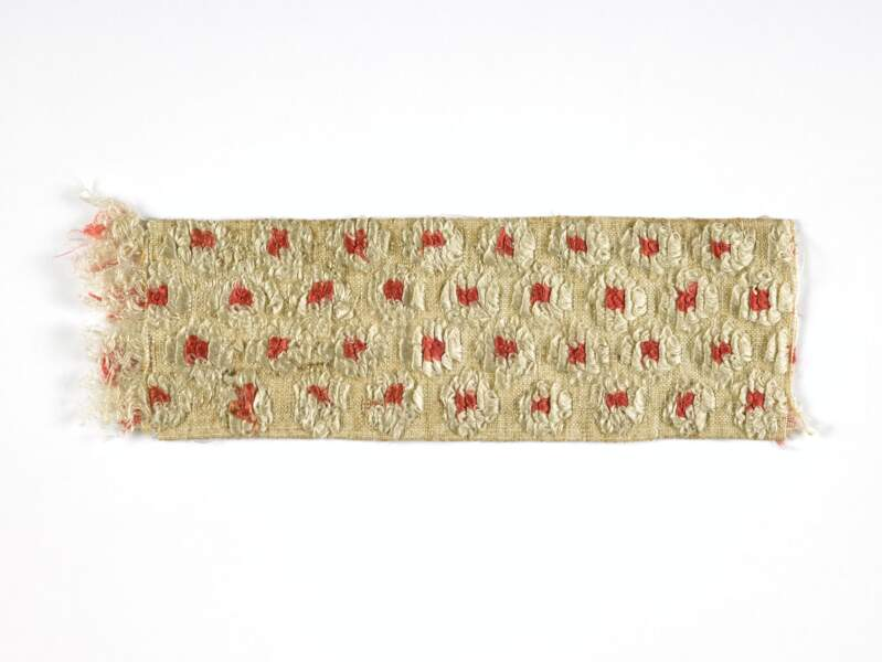 Fragment de la ceinture que portait la reine Marie-Antoinette à sa première comparution devant le tribunal révolutionnaire.