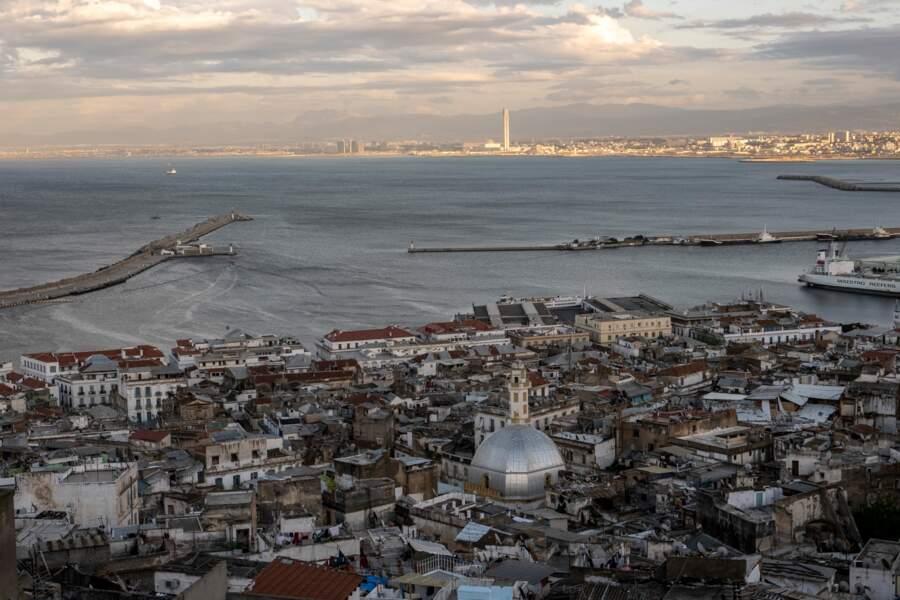Au loin, la Grande Mosquée d'Alger