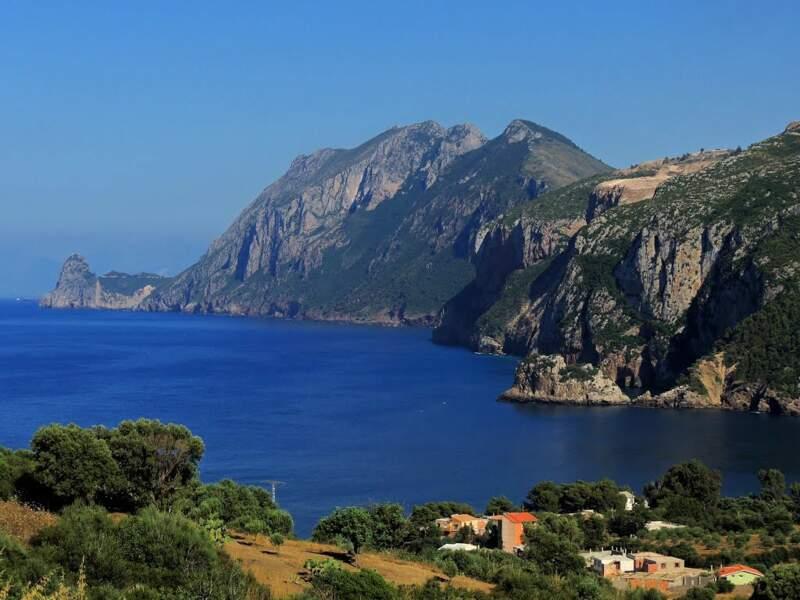 Béjaïa située en bordure de la mer Méditerranée, à 220 km à l'est d'Alger