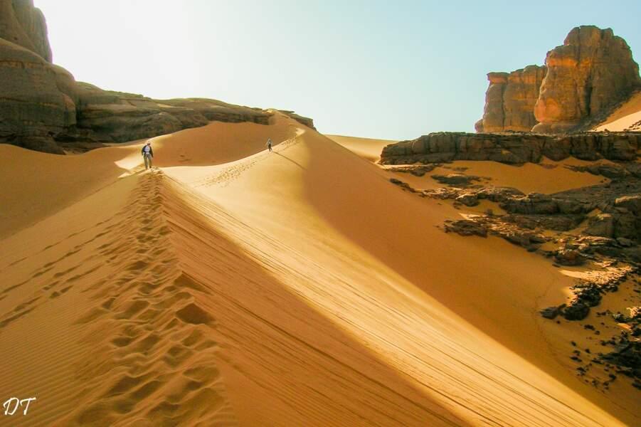 Magnifiques dunes de la Tadrart rouge au lever du jour