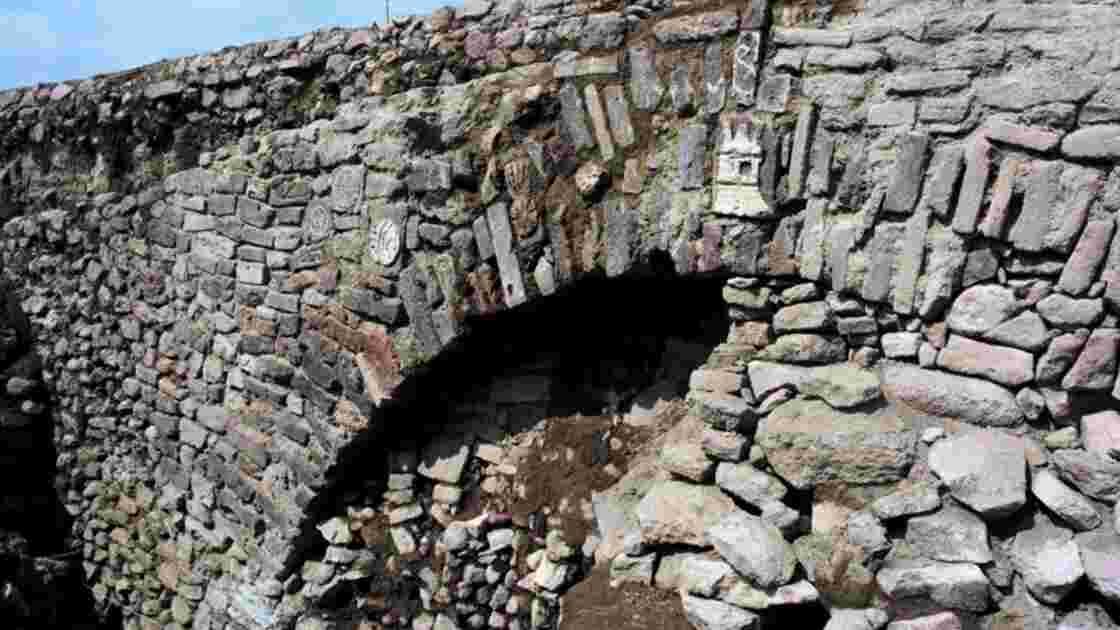 Un tunnel vieux de 400 ans avec des gravures préhispaniques découvert à Mexico
