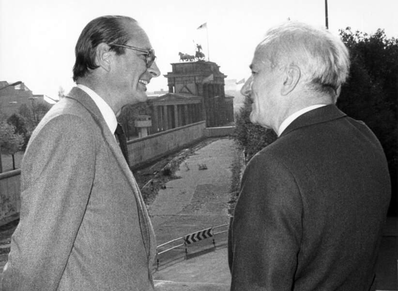 Jacques Chirac (alors maire de Paris) et son homologue Richard von Weizsäcker devant la porte de Brandebourg, octobre 1983