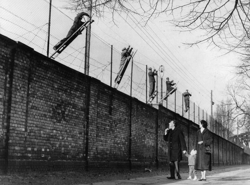 Construit à la hâte, le Mur est progressivement renforcé