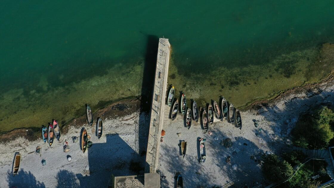 Les filets vides des pêcheurs du plus grand lac des Balkans