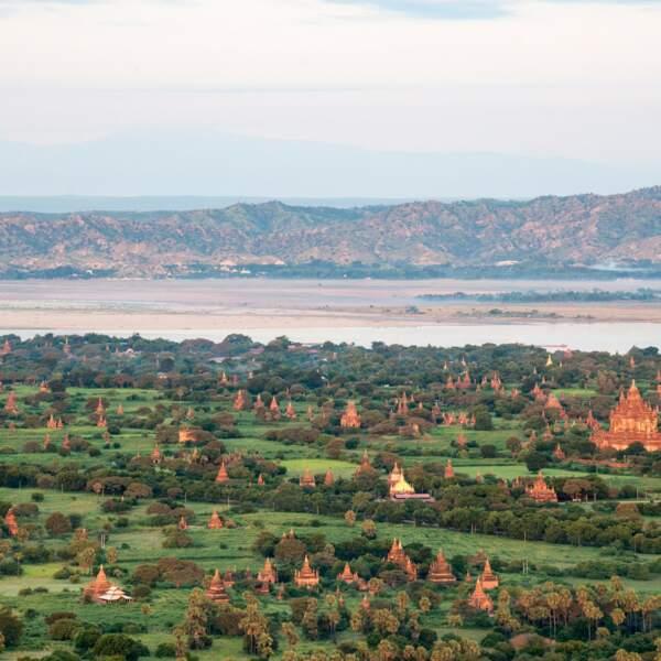 À l'aube, vue des pagodes de Bagan à bord d'une montgolfière