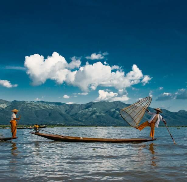 Atmosphère inédite sur le vaste lac Inle situé au centre du pays