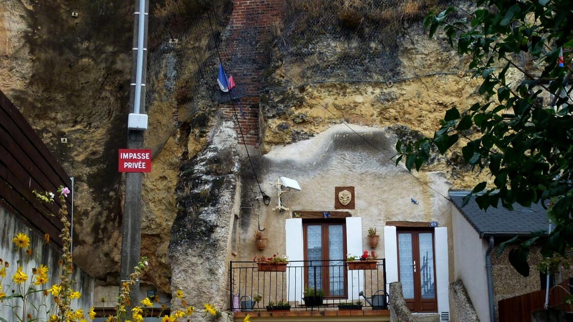 A vendre : une maison troglodyte située en dessous d'un camp de César !