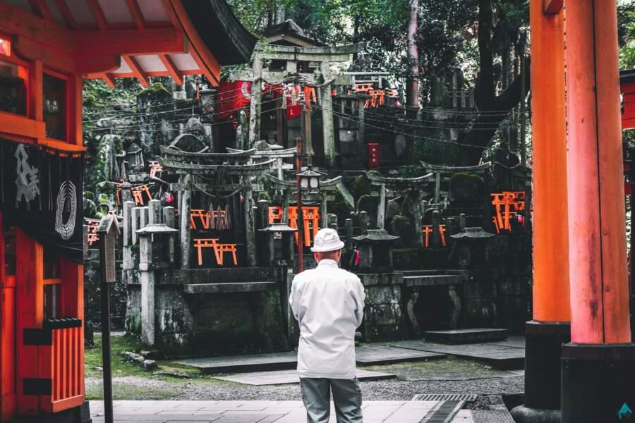 Recueillement dans un temple