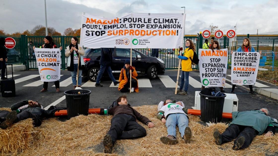 """""""Block Friday"""": des militants écolos bloquent un entrepôt d'Amazon près de Paris"""