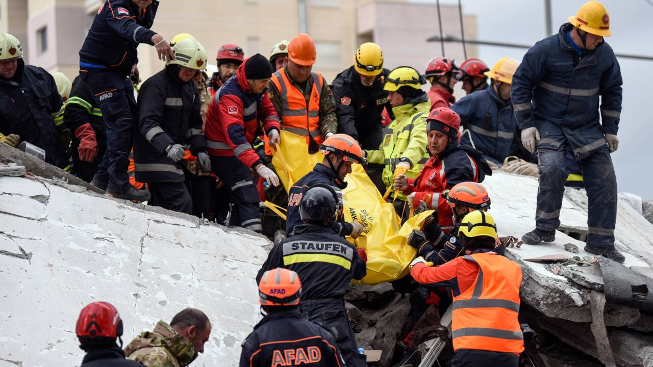 L'Albanie enterre ses morts après un séisme qui a fait près de 50 morts