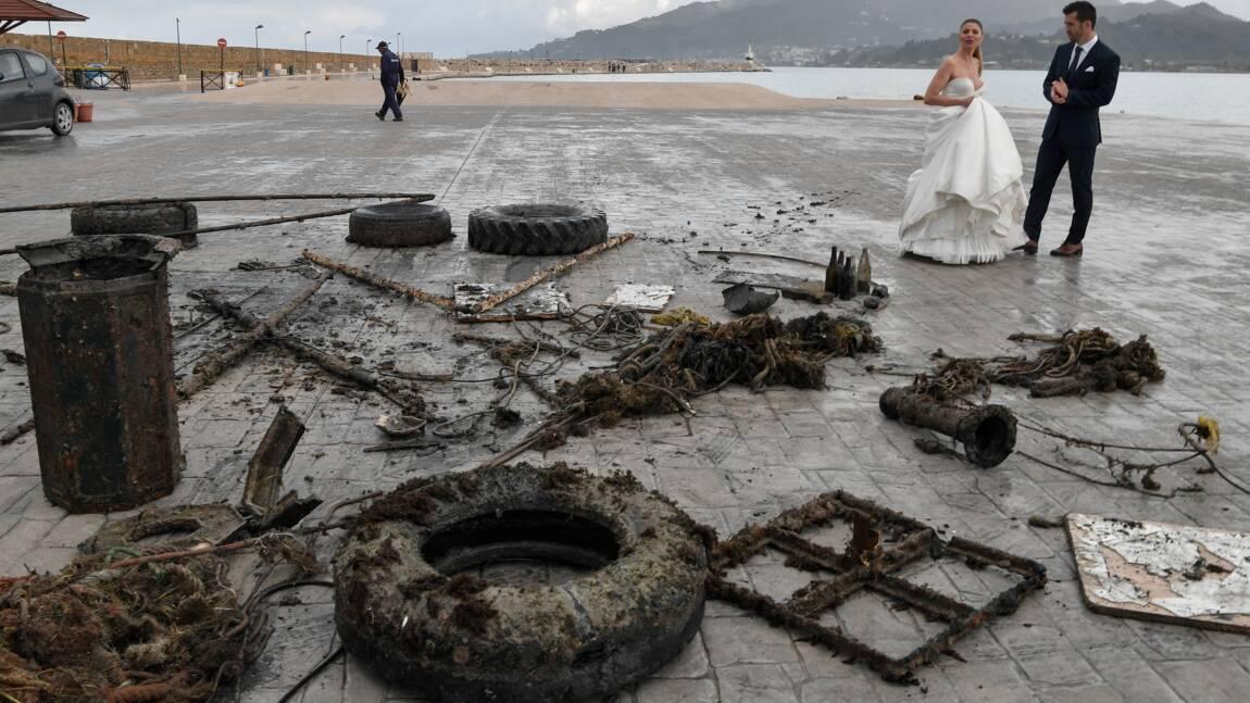 Sous l'eau turquoise de Grèce, la bataille contre le plastique