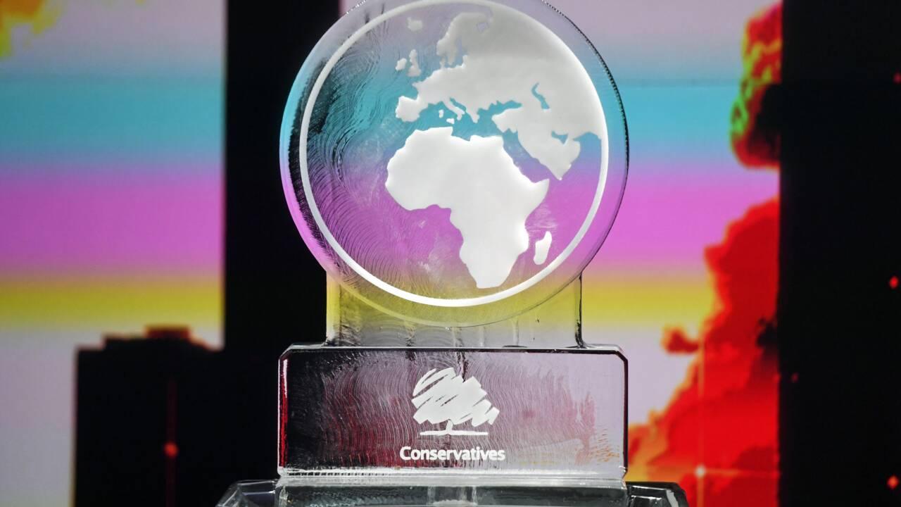 Boris Johnson remplacé par une sculpture de glace à un débat TV sur le climat: pas d'infraction