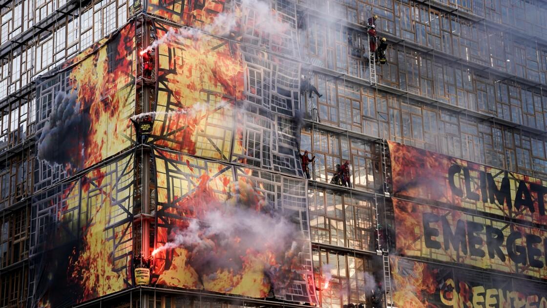 Climat: action de Greenpeace en camion de pompiers au sommet européen pour sonner l'alarme