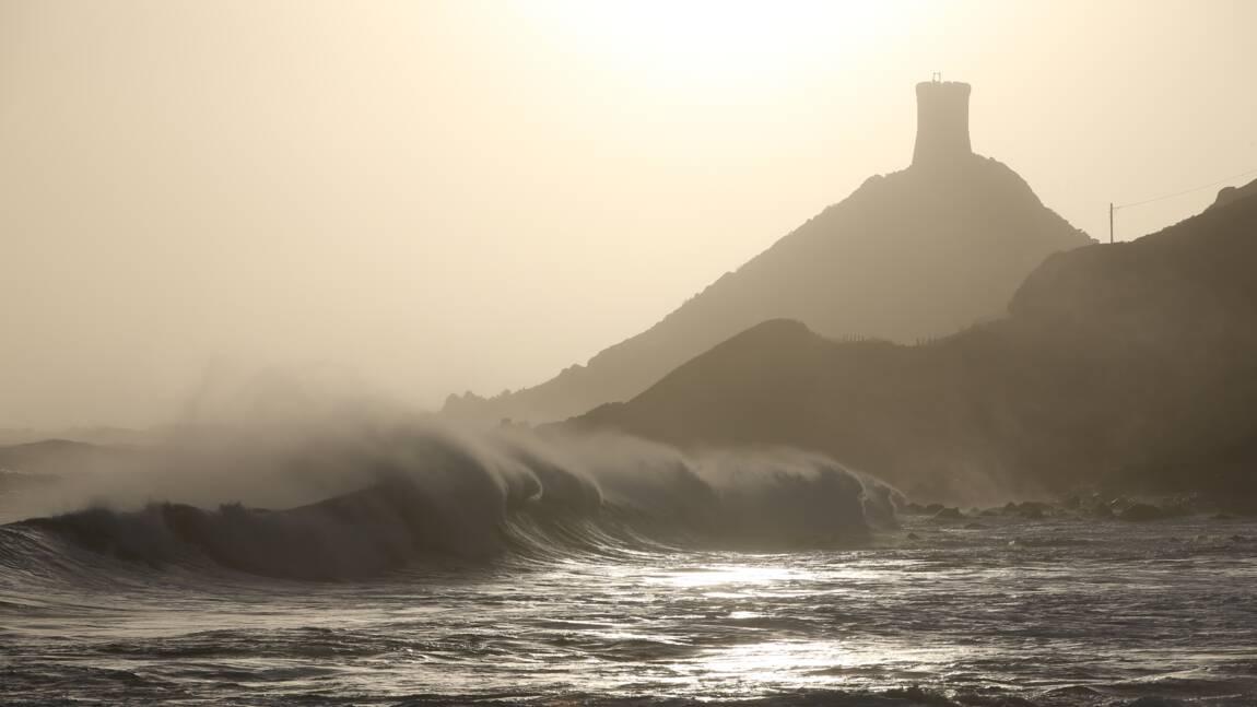 Intempéries: des milliers de foyers sans électricité, la Corse isolée