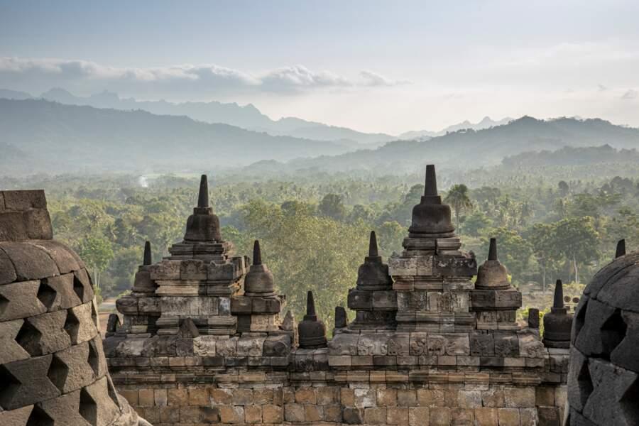 Depuis mille ans, ce temple fait face au volcan