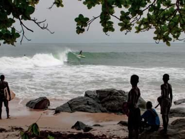 Ces surfeurs qui partagent la vague avec la jeunesse meurtrie du Liberia