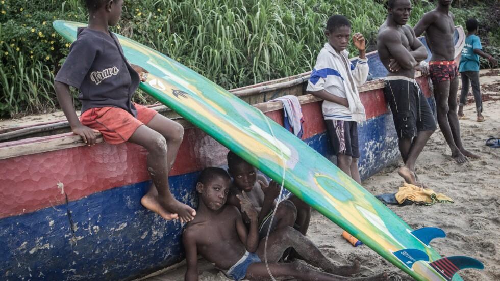 Au Liberia, avec ces enfants qui surfent pour oublier la guerre