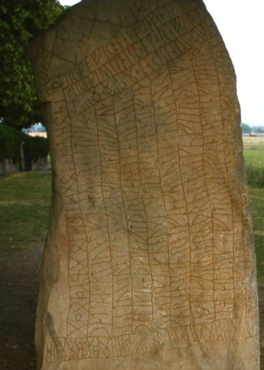La pierre de Rök, une pierre runique érigée par les Vikings pour conjurer une crise climatique au 9e siècle