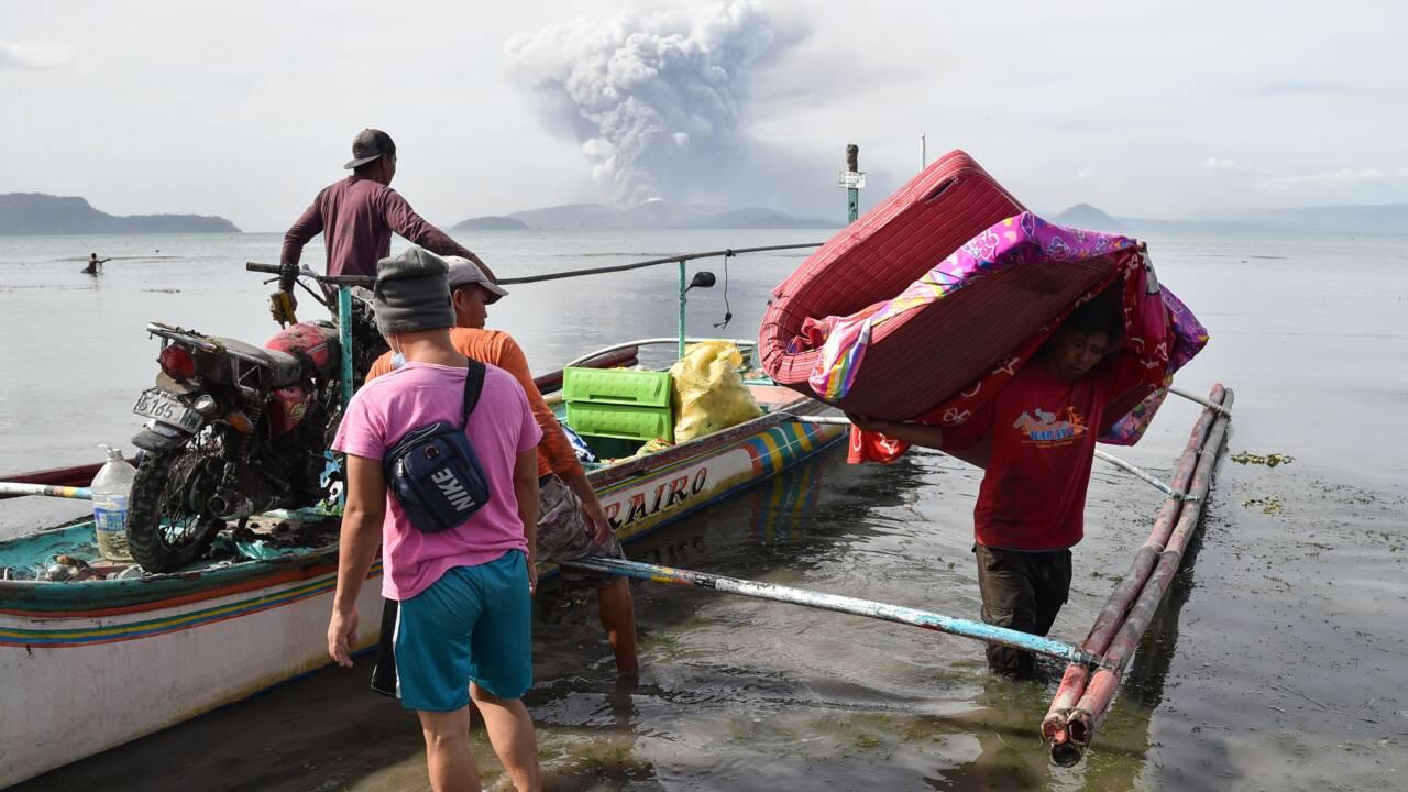 """Philippines: risque d'éruption """"explosive"""" du volcan Taal, des milliers de personnes évacuées"""