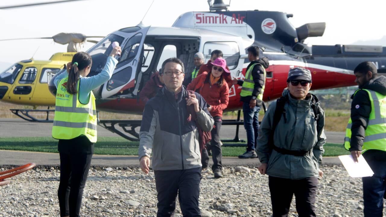 Avalanche au Népal: Les chutes de neige compliquent les recherches