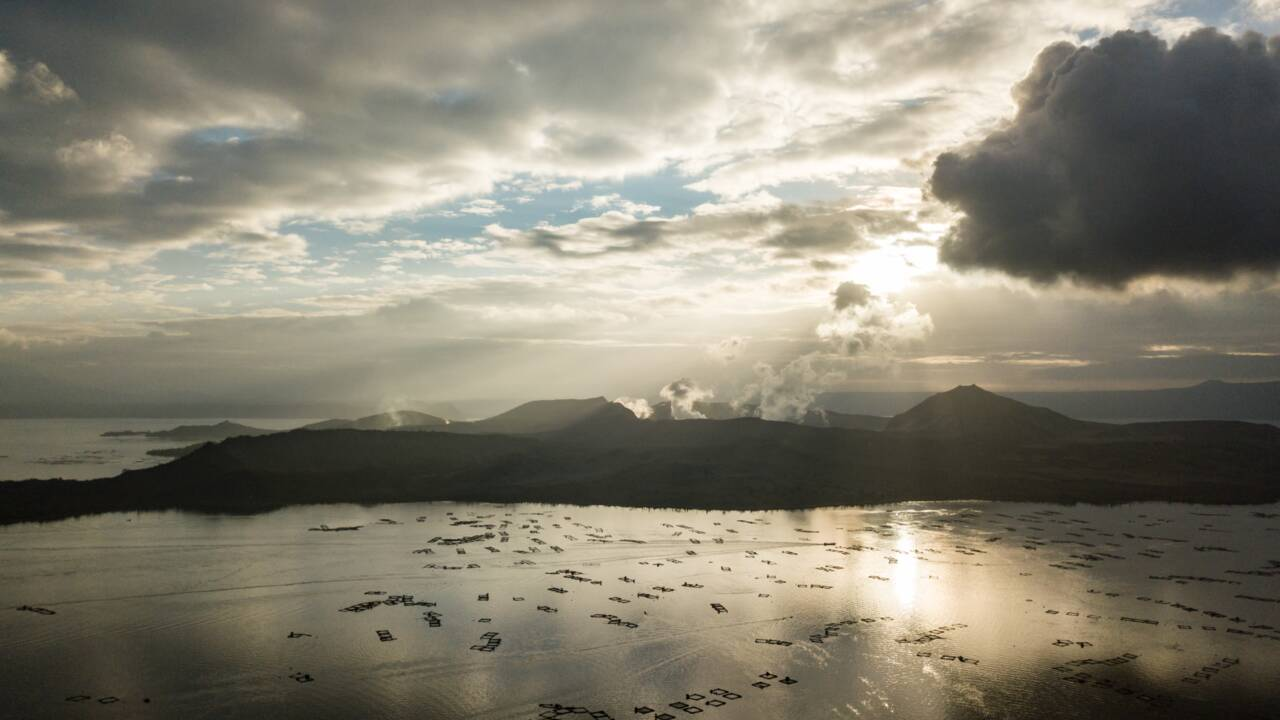 Philippines: A Binan, on transforme en briques les cendres du volcan Taal
