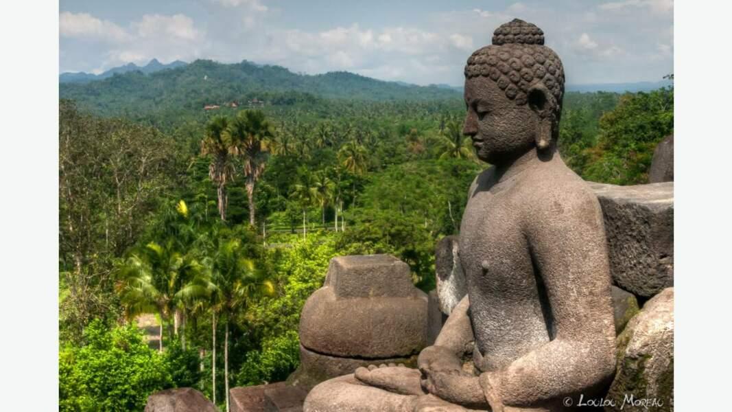 Le Temple de Borobudur avec ses nombreuses statues de Bouddha