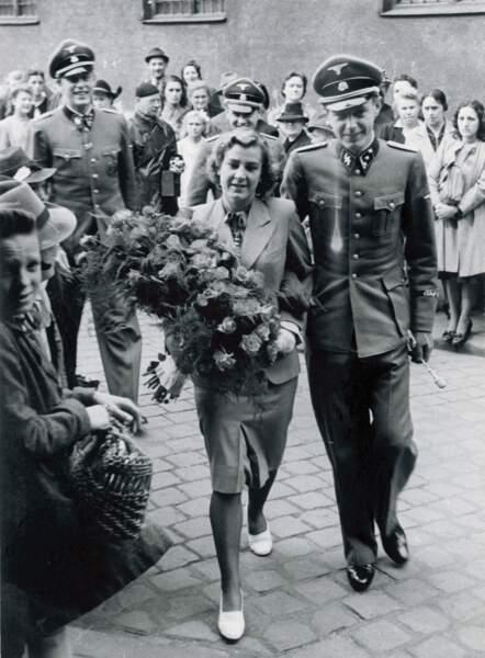 Sa secrétaire Traudl Junge (1920 – 2002), ici en 1943 au bras de Hans-Hermann Junge, officier SS, mort au combat en 1944