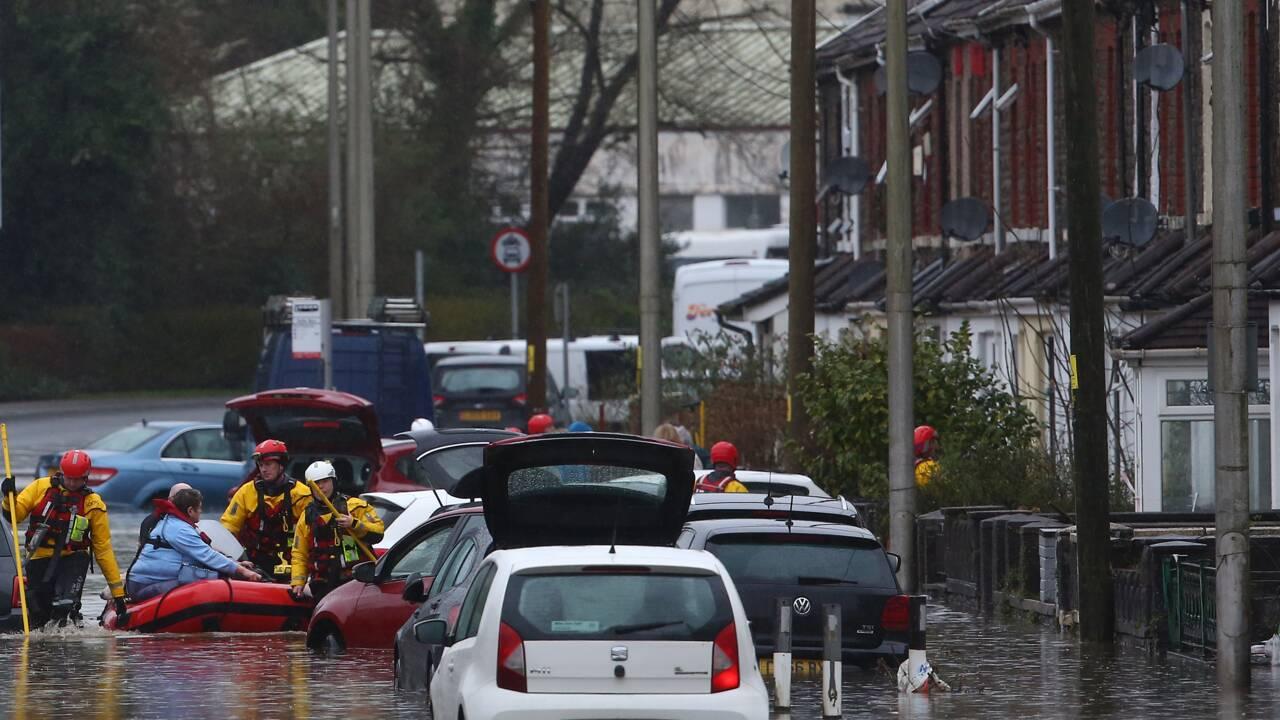 """""""Danger de mort"""" au Royaume-Uni, frappé par la tempête Dennis"""