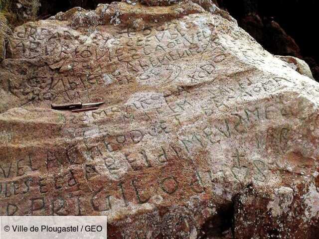 """""""Le mystère Champollion"""": l'énigmatique inscription gravée sur un rocher du Finistère enfin déchiffrée"""