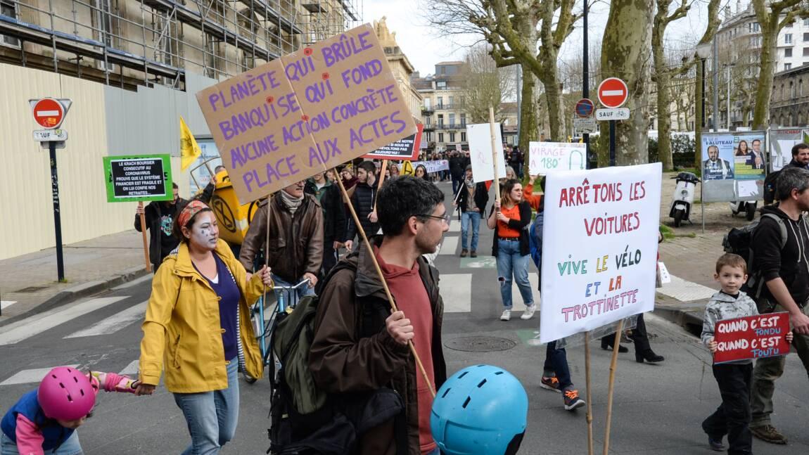 """A Bordeaux, 300 manifestants pour le climat dont des """"gilets jaunes"""""""
