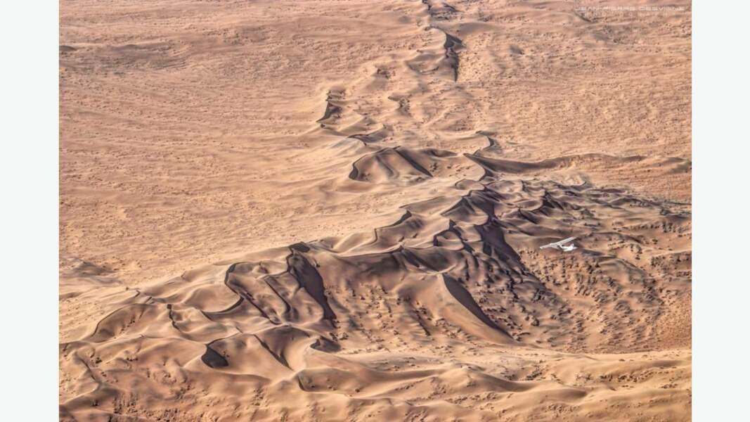 Vol au-dessus des dunes dans le parc national de Namib-Naukluft