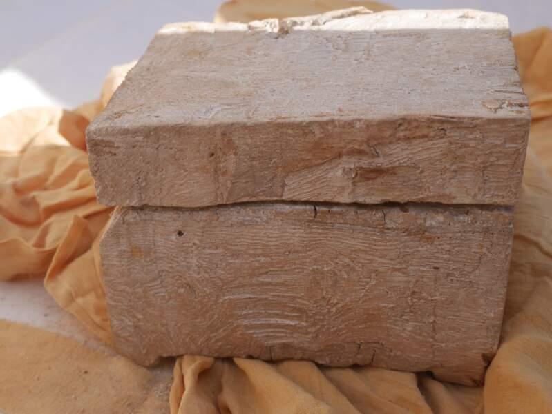 Des œufs et une boite en bois