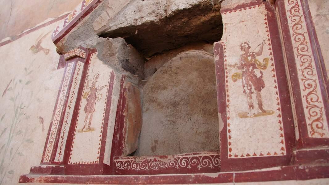 Lararium (espace pour les cultes domestiques) avec représentation sur les côtés du Lari