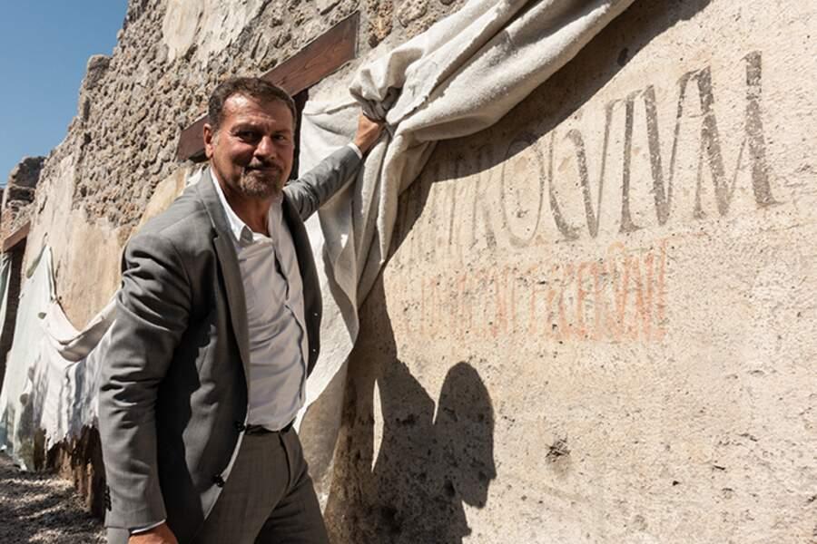 En septembre 2018, le directeur général du parc archéologique de Pompéi, le professeur Massimo Osanna, devant une inscription électorale peinte
