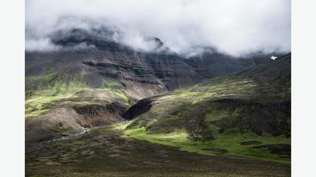 Des paysages de roche verte, marron et brune