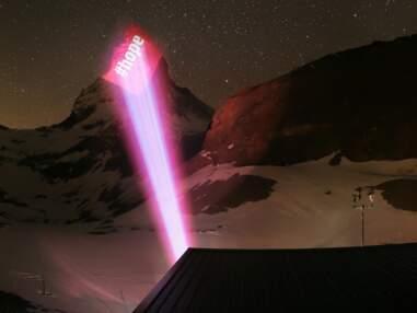 En Suisse, le mont Cervin illuminé en signe de solidarité face au coronavirus