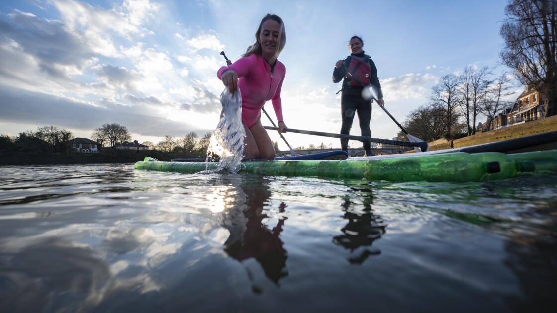 En surf rose contre la pollution : une image d'avant, un combat constant