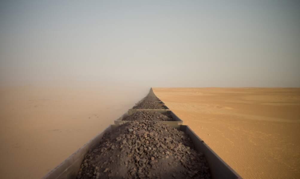 Un train de marchandises à travers le Sahara