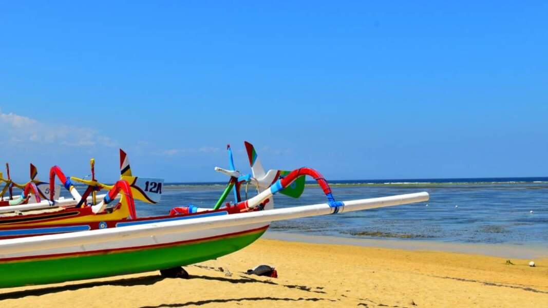 Bateaux de pêcheurs dans la station balnéaire de Sanur