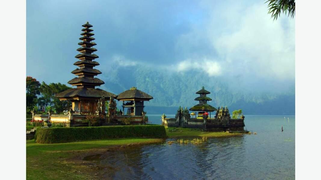 """Temple d'Ulun Danu, dont le nom signifie """"le début du lac"""" dédié à la déesse de l'eau"""
