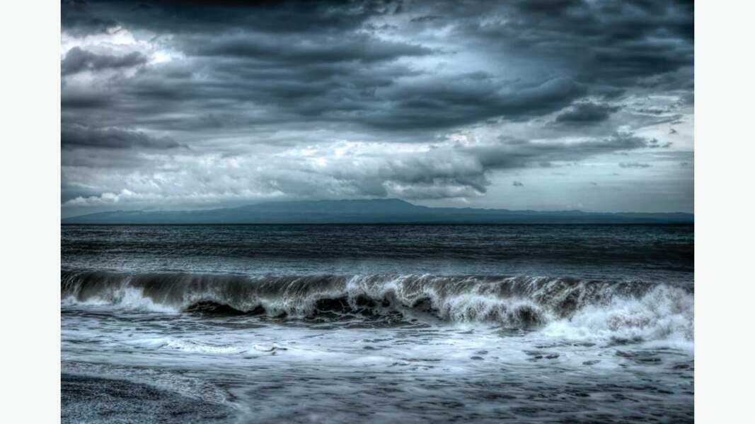 Un soir d'orage sur la plage de sable noir de Kusamba