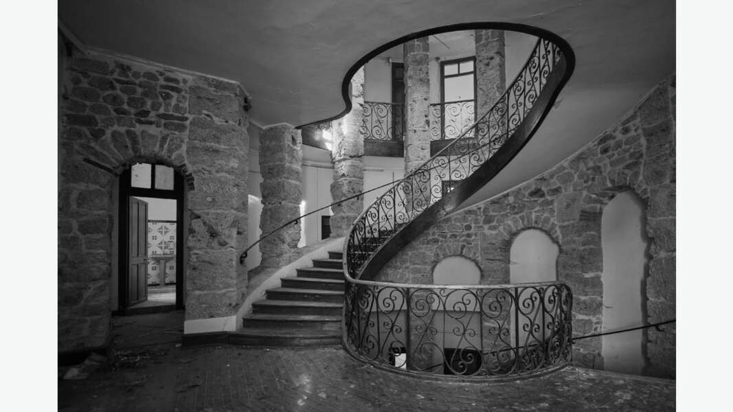 Escalier d'un château abandonné, région Rhône-Alpes, France
