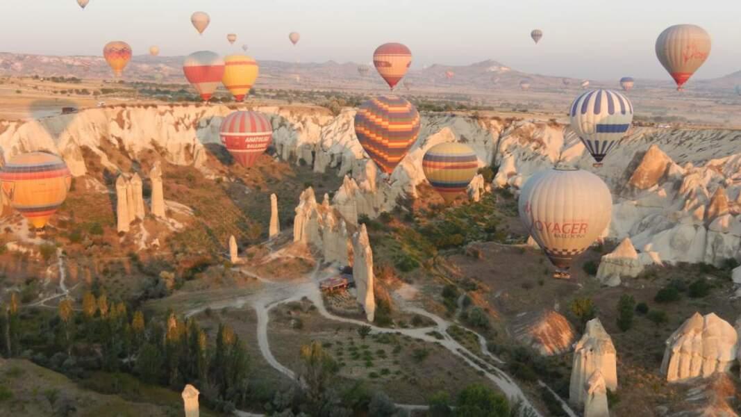 Vol au-dessus des cheminées de fée en Cappadoce