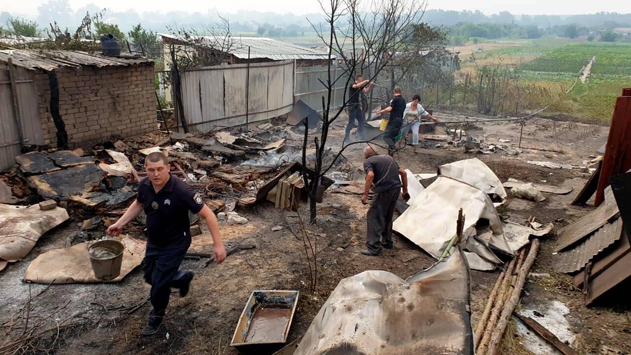 Feux en Ukraine: 5 morts dans un village dévasté, l'espoir repose sur la météo