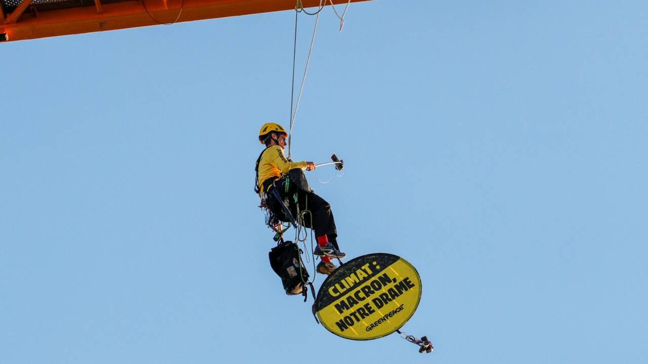 Climat: une banderole Greenpeace à Notre-Dame pour interpeller le gouvernement