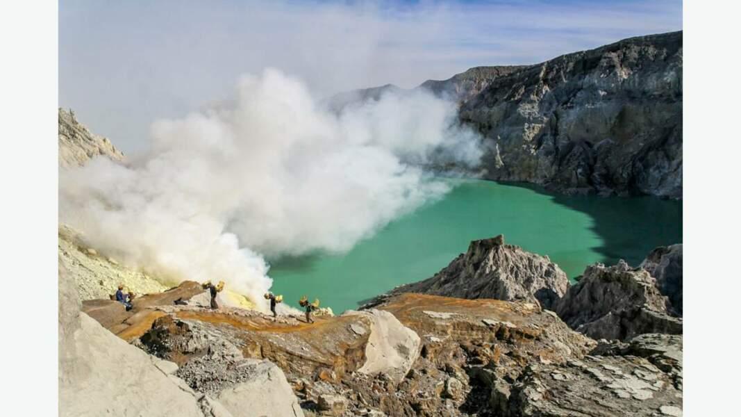 La caldeira de Kendeng et son lac acide