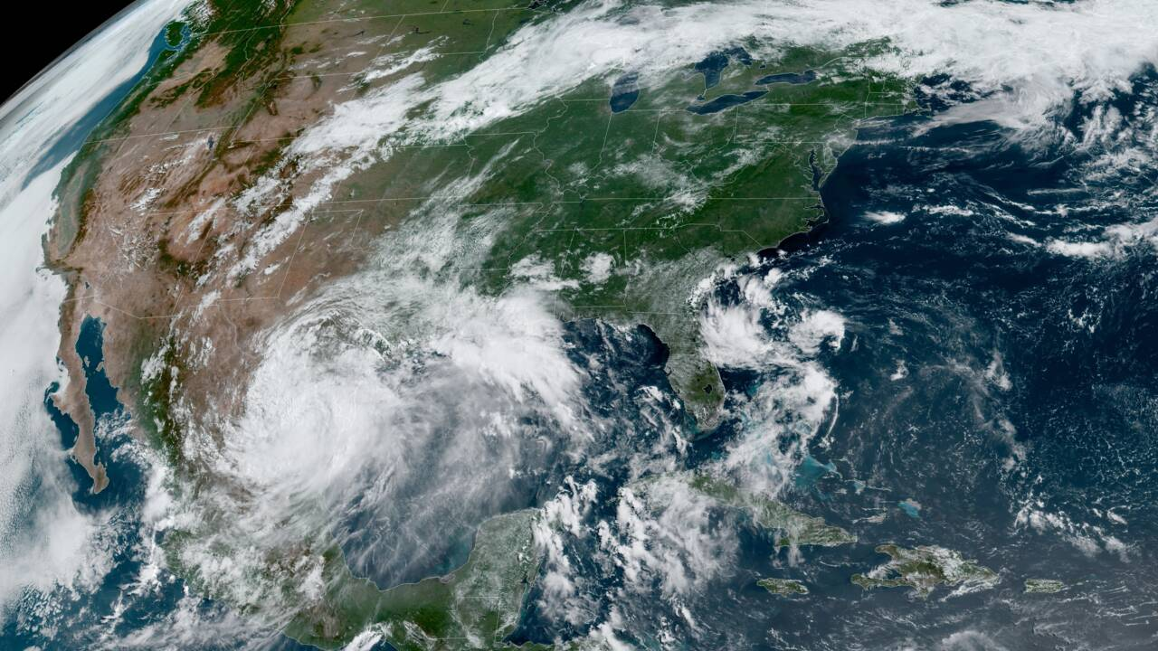 L'ouragan Douglas menace Hawaï, Hanna rétrogradé en tempête tropicale