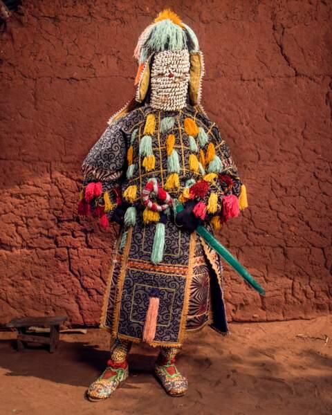 """On reconnaît les Egoungouns à leur """"masque"""", un pagne qui cache entièrement le corps de l'initié qui les incarne"""