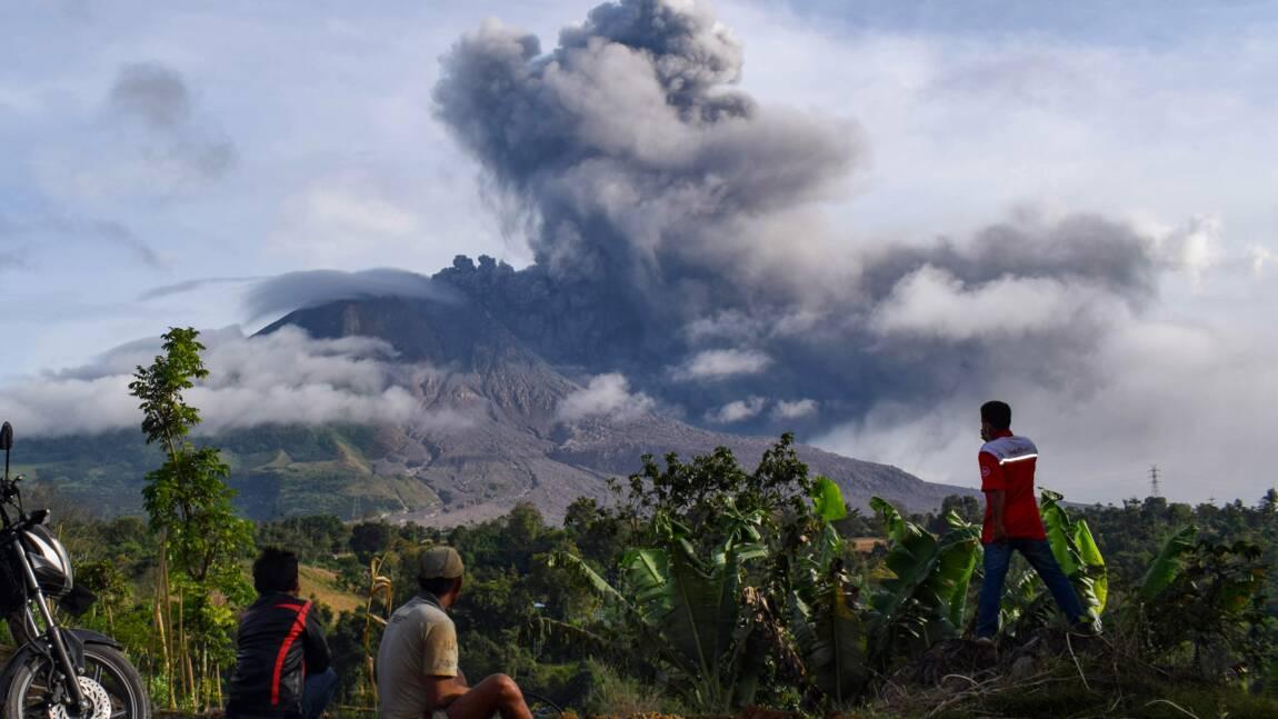 Indonésie: alerte aérienne après une nouvelle éruption du Sinabung